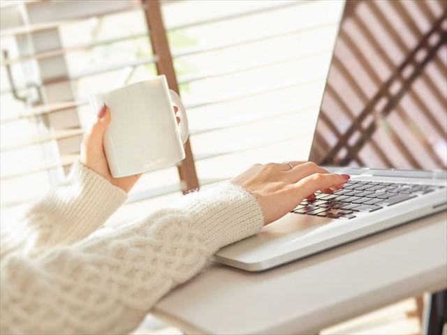 パソコンをしている女性の手の画像