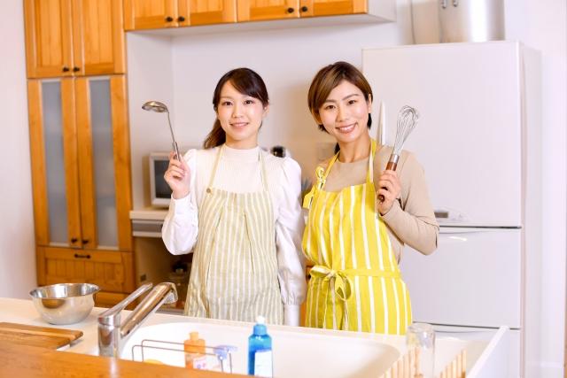 キッチンでお玉を持っている女性の画像